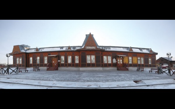 Вокзал на станции Байкал притягивает большое число туристов.