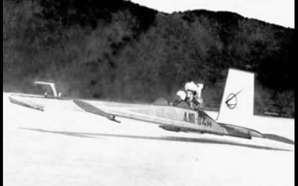 Первый иркутский экраноплан АДП-04 на льду Байкала возле Листвянки. Фото 1970 г.