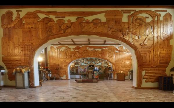 Деревянное убранство нижнего придела Благовещенского храма в Саянске