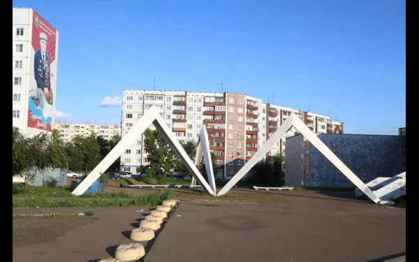 «Паук» — памятник первостроителям в виде схематических палаток.