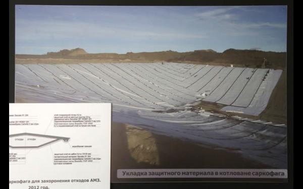 Укладка защитного материала в котловане саркофага на полигоне «Северный-5» (фото из экспозиции музея мышьяка)