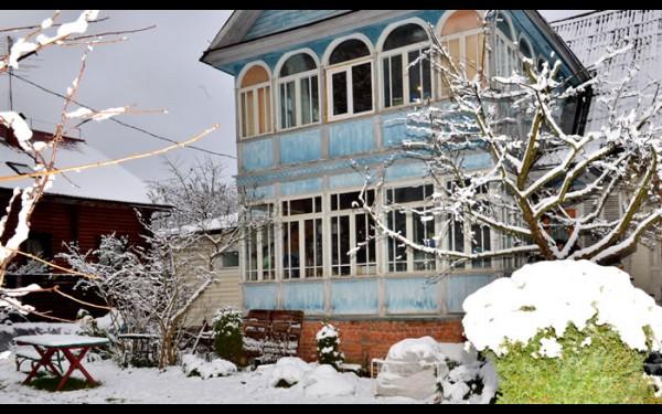 Дачный дом Миля в Перхушково в Подмосковье, который своей террасой напоминает иркутскую деревянную архитектуру