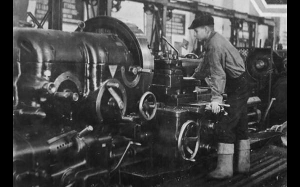 13-летний работник механосборочного цеха Куйбышевского завода В.Н.Потравко.