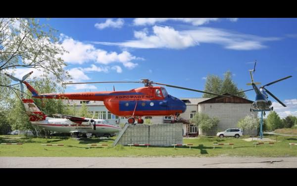 Самолет L-410, вертолеты Ми-4, Ми-2 на аэровкзальной площади аэропорта Нижнеудинск. 2019 г.`