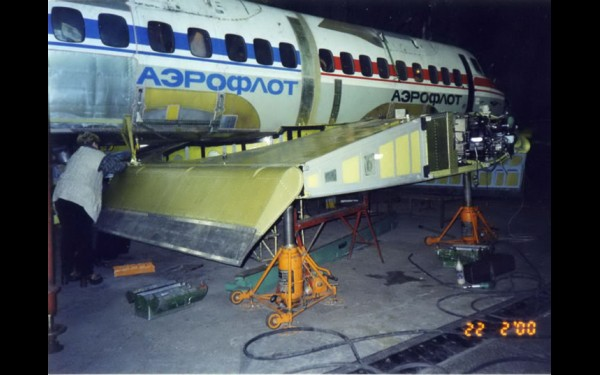 Сборка НВА-10 из двух фюзеляжей L-410 (в плоскости крыла видно ноу-хау Ю.Криулина). Фото 1999 г.