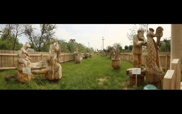 Деревянные скульптуры, посвященные сказкам Пушкина, в парке культуры и отдыха