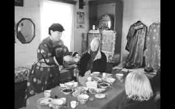 Иностранцы вместе с хозяйкой лепят позы, учатся их варить, а потом все дружно накрывают стол, на котором обязательно присутствуют наши знаменитые сибирские угощенья