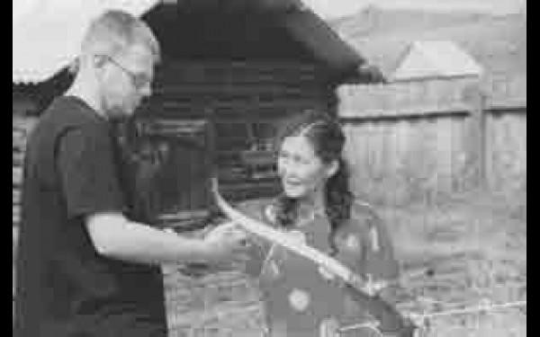 После обеда гостям предлагается пострелять из лука или сходить к соседям поучиться доить коров