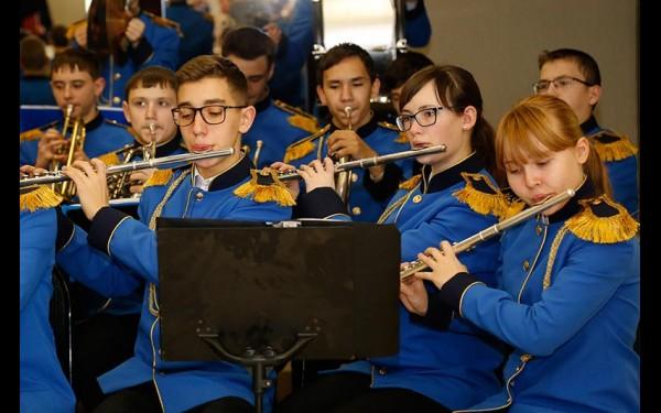Гостей вечера встречал оркестр школы-интерната музыкантских воспитанников г. Иркутска