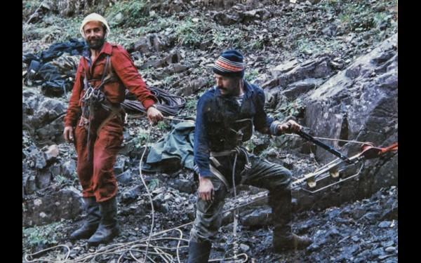 Виктор Карпов и Валерий Суранов на верхней станции троллея ведут подъем тел погибших туристов.