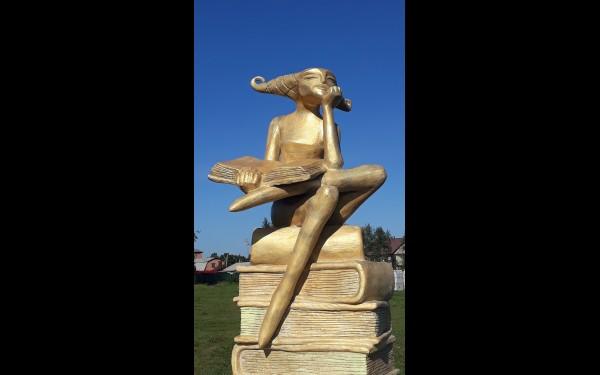 За ДК «Русь» располагается парк бетонных скульптур. Замысел и уровень их исполнения интересны и высоки.