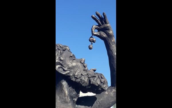 Многие скульптуры выполнены с юмором.