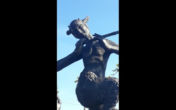 Разглядеть скульптуры можно со всех сторон.