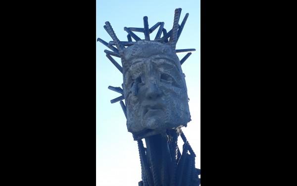 Некоторые скульптуры оригинальны из-за материала, из которого сделаны.