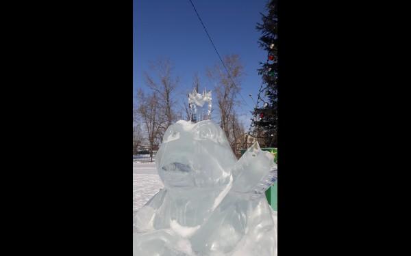 Несколько ледяных скульптур с персонажами русских сказок порадуют чистотой льда и мастерством исполнения.
