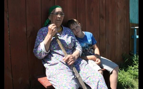 Файхуна Галеева переехала в деревню в 1936 году. Сейчас вместе с ней живет внук Марат, который мечтает остаться на малой родине.