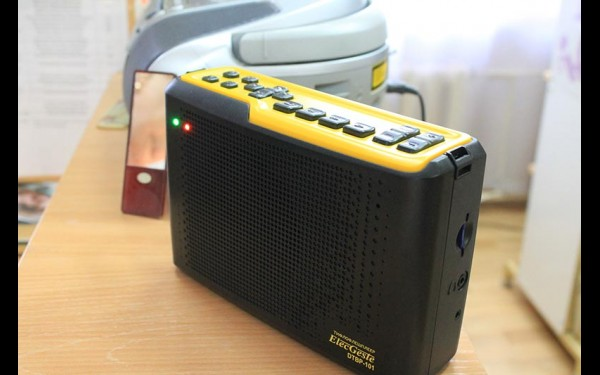 Тифлофлешплеер, на котором слепые читатели слушают «говорящие» книги, похож на маленькое радио.