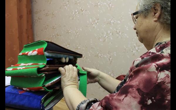 Тактильные книги волонтеры шьют вручную. Иркутская библиотека даже стала проводить для них мастер-классы по шитью книг.