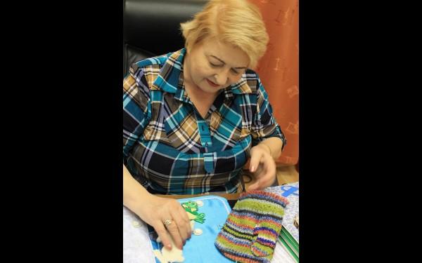 У директора областной библиотеки для слепых Валентины Лаптевой есть любимая тактильная книжка — сказка «Варежка».