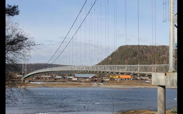 Новый навесной пешеходный мост в Шаманке появился в 2004 году, так что теперь жители села без труда могут попасть на Большую землю.