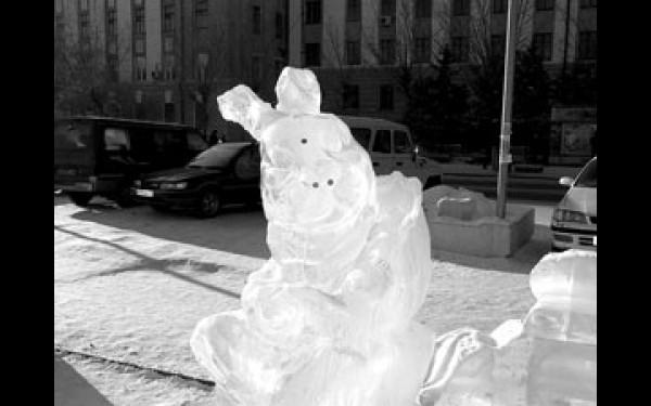 Бедному животному отломали оба уха и кончики лапок. Кроме этого, у скульптуры отобрали еще и ледяную морковку.