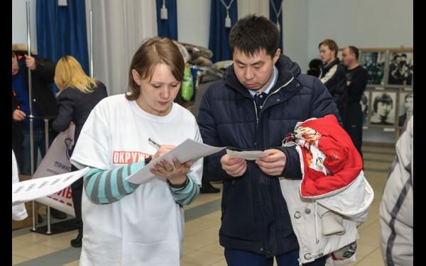 Помощницы оформляли лотерейный купон каждому подписчику