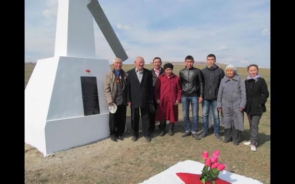 Рядом с селом Ользоны жители установили обелиск.