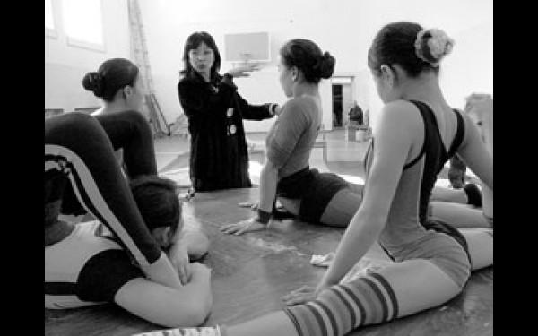 — Забудьте, что у вас есть кости, — говорит наставник цирковых гимнасток Сэлэнгэ. — Вы — девочки-каучук.