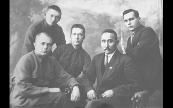 М.Н. Ербанов в окружении неизвестных партийных деятелей.