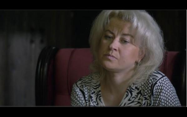 Еще один кадр из фильма о маньяке. Вдова убитого Евгения Шкурихина Марина не верит, что Попков действовал в одиночку. По ее словам, убивали осознанно, готовились к этому, и не один Попков убивал Евгения. Также она рассказала, что следователь в прокуратуре ей сказал: «Не надо далеко лезть, не надо разбираться, а то мы вас посадим»
