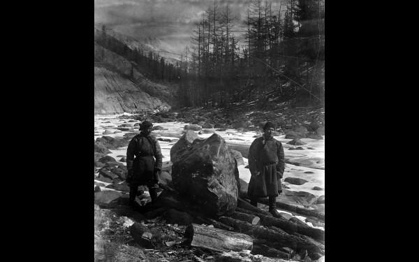На фото — глыба нефрита весом около 3 тонн. Идет подготовка к погрузке на подводу для транспортировки по железной дороге. Река Урик, 1915 год