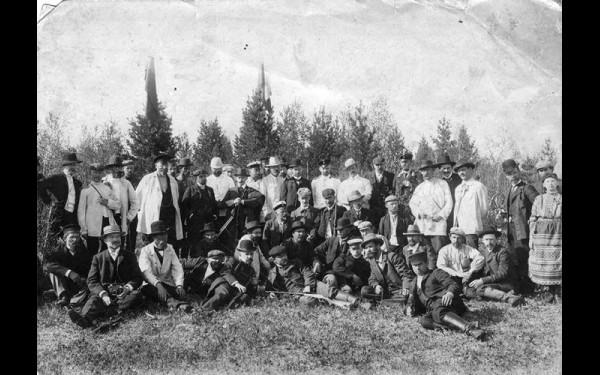 Общество Сибирских Охотников за городом (наверняка среди них и Николай Яковлев).