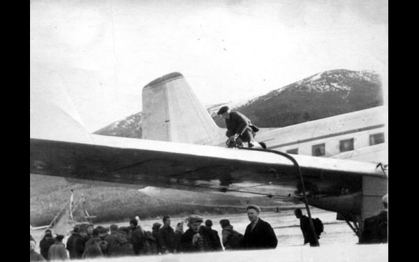 А в Маме правила еще не строги: пассажиры в ожидании посадки на Ил-14 толкутся у самолета; несмотря на заправщика на крыле, пассажир под крылом курит...