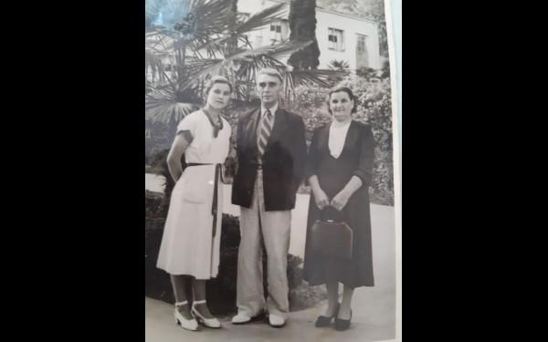 На этом довоенном фото — отец, мать и младшая сестра Валентина Лакеева, прадед и прабабушка нашей героини по отцу. Семья на отдыхе на курорте