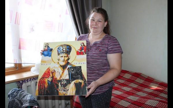 Татьяна Малкова живет в усадьбе половину своей жизни — 20 лет. У нее есть свои деньги (небольшую зарплату за работу здесь получают все). Таня покупает картины, которые нужно раскрашивать по номерам. Это главное ее хобби. Но и вышивать она умеет искусно