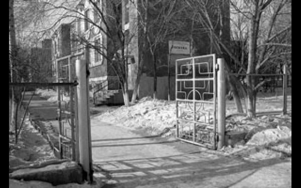 По нормативным документам, регламентирующим работу детсадов, центральные ворота должны открываться только при ввозе продуктов или вывозе мусора