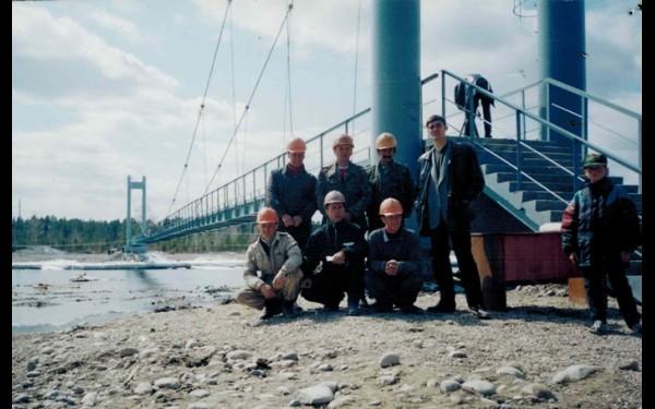 На фоне пешеходного моста через реку Китой в поселке Раздолье.