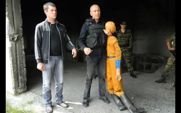 На кадре из оперативной съемки — подсудимый Михаил Попков во время следственного эксперимента