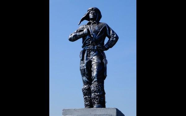 Памятник летчикам работы Ивана Зуева.