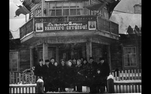 Коллектив Мамского аэропорта (по надписи нетрудно установить: 1958 год) с портретами Н.С.Хрущева и К.Е.Ворошилова.