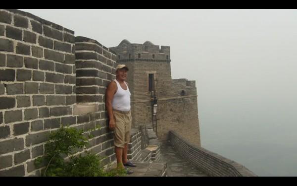 Иркутский социолог Николай Васильев осматривает Великую Китайскую стену. Он считает, что наилучший способ понять другую страну и культуру — попытаться раствориться в ней, стать на время частью этого мира, погрузиться в него. Затеряться на улицах, сесть на электричку и ехать куда глаза глядят. Как будто ты простой китайский служащий