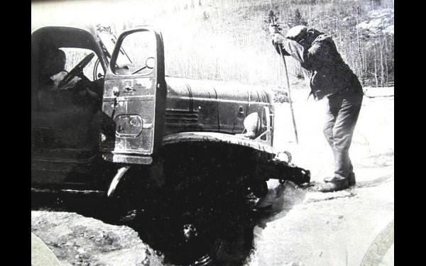 Наледь — коварный и грозный враг северных шоферов. Согдиондонский водитель Владимир Медянник вызволяет свой ЗИЛ  из ледяной ловушки.