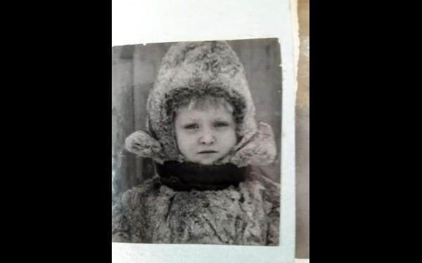На фото —маленькая Людочка Лакеева, дочка Валентина Лакева и актрисы Иркутского ТЮЗа Нины Пановой