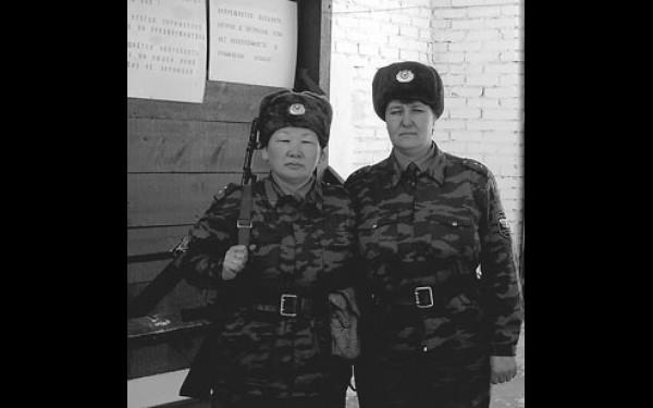 Особое внимание уделяется боевой подготовке: собрать и разобрать автомат Калашникова женщины должны за 35 секунд, а пистолет Макарова — за десять