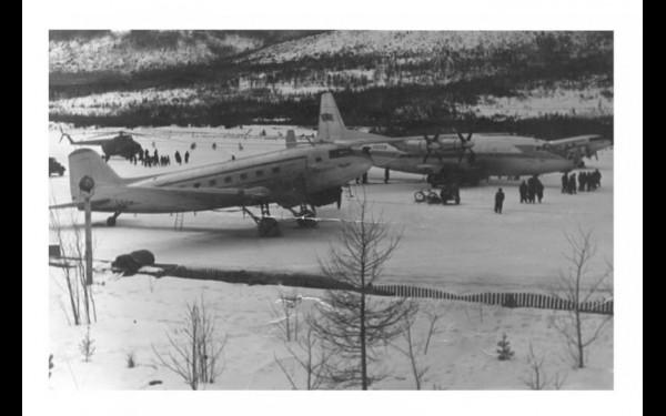 В окружении «старичков» Ли-2 на Мамском поле стоит невиданная машина — турбовинтовой Ан-10А (регулярные полеты лайнера сюда начались в январе 1962 года).