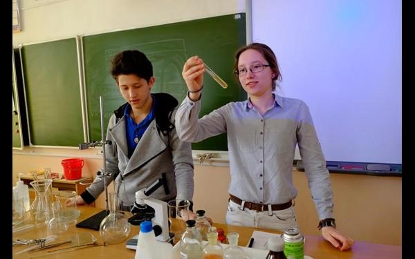 Саша Сосновский и Валерия Крюкова в лаборатории: сперва школьники изучают технику безопасности и основные реакции, а затем в рамках мастерской они могут провести опыты для своих исследований