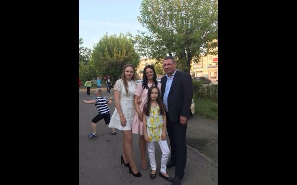 «Для меня семья в жизни — это главное». С женой Еленой и двумя дочерями Настей и Аней.