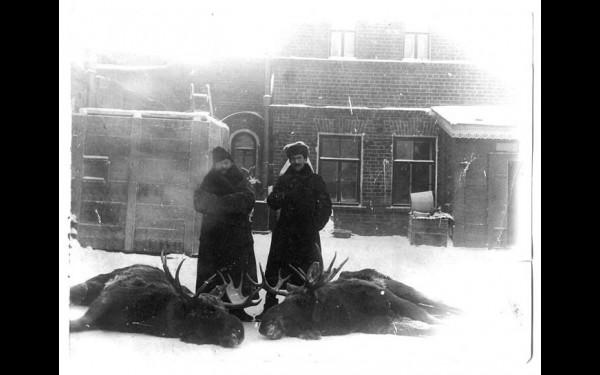 Возле охотничьих трофеев. Известно, что Семен Родионов справа; возможно, рядом находится его друг Николай Яковлев.