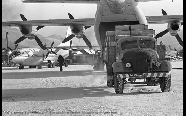 Трудяга Ан-12 брал на борт 16 тонн слюды (Иркутский авиазавод построил 155 таких машин).