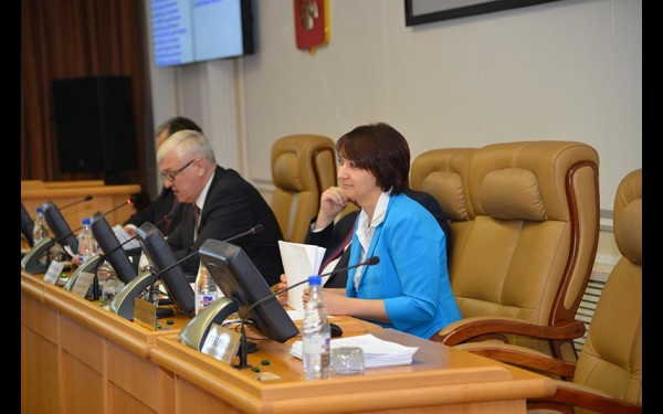 Наталья Дикусарова на сессии Законодательного собрания. С осени 2013 года она возглавляет один из самых сложных и важных комитетов – по бюджету, ценообразованию, финансово-экономической и налоговой политике.